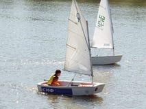 Żeglowanie jachty na rzece Obrazy Stock