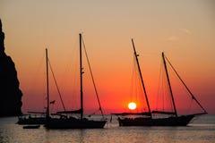 Żeglowanie jachty w Cala Sa Calobra przy zmierzchem Zdjęcia Stock