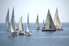 Żeglowanie jachty w otwartym morzu Zdjęcia Stock