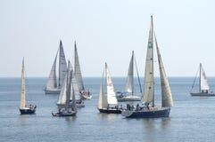 Żeglowanie jachty w spokojnym morzu Obrazy Stock