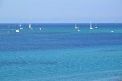 Żeglowanie łodzie w tropikalnym morzu Fotografia Royalty Free