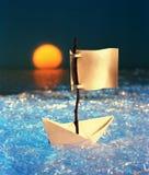 żeglowanie papierowy statek Obrazy Stock