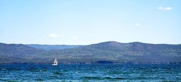 Żeglowanie statek na halnym jeziorze Fotografia Stock
