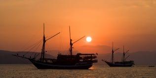 Żeglowanie statek na morzu przy wschodu słońca zmierzchem Indonezja wyspy Fotografia Stock
