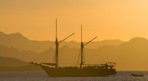 Żeglowanie statek na morzu przy wschodu słońca zmierzchem Indonezja wyspy Obraz Stock