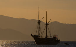 Żeglowanie statek na morzu przy wschodu słońca zmierzchem Indonezja wyspy Zdjęcia Stock