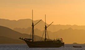 Żeglowanie statek na morzu przy wschodu słońca zmierzchem Indonezja wyspy Obrazy Royalty Free