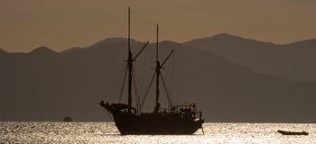 Żeglowanie statek na morzu przy wschodu słońca zmierzchem Indonezja wyspy Obraz Royalty Free