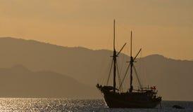 Żeglowanie statek na morzu przy wschodu słońca zmierzchem Indonezja wyspy Zdjęcia Royalty Free