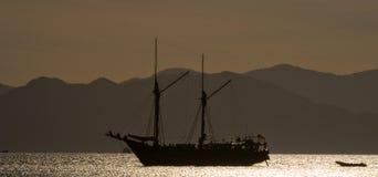 Żeglowanie statek na morzu przy wschodu słońca zmierzchem Indonezja wyspy Zdjęcie Stock