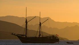 Żeglowanie statek na morzu przy wschodu słońca zmierzchem Indonezja wyspy Obrazy Stock