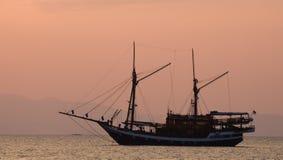 Żeglowanie statek na morzu przy wschodu słońca zmierzchem Indonezja wyspy Zdjęcie Royalty Free