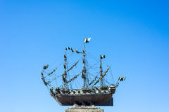 Żeglowanie statek na niebieskim niebie Zdjęcia Royalty Free