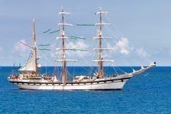 Żeglowanie statek na spokojnym błękitnym morzu Fotografia Royalty Free