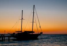 Żeglowanie statek na wschodzie słońca Fotografia Royalty Free