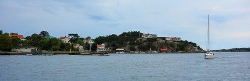 Żeglowanie statek przed wyspą, Szwecja Zdjęcia Stock