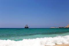 Żeglowanie statek przy morzem pod jasnym niebem obrazy stock