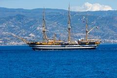 Żeglowanie statek przy morzem w cieśninie Messina Obrazy Stock