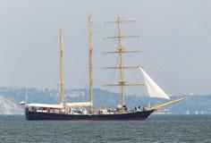 Żeglowanie statek w morzu Fotografia Royalty Free