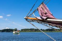Żeglowanie statek w porcie Obraz Royalty Free
