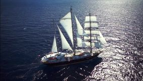 Żeglowanie statek w spokój pogody żeglowaniu na oceanie