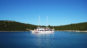 Żeglowanie statek w zatoce Obrazy Royalty Free