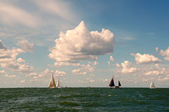 Żeglowanie statki na horyzoncie na IJsselmeer obraz stock