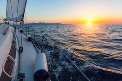 Żeglowanie statku łodzie w morzu podczas zadziwiającego zmierzchu Fotografia Stock
