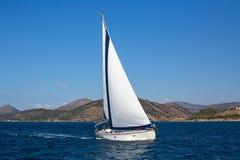Żeglowanie statku łodzie z bielem żeglują w morzu Obrazy Royalty Free