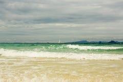 Żeglowanie statku łodzie z bielem żeglują w morzu Obraz Royalty Free
