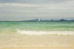 Żeglowanie statku łodzie z bielem żeglują w morzu Zdjęcie Stock