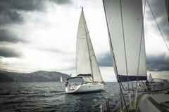 Żeglowanie statku jachty podczas regatta w morzu obrazy stock