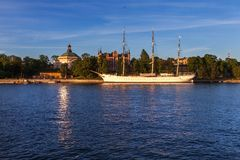 Żeglowanie statku schronisko w Stockholm na zmierzchu Zdjęcia Royalty Free
