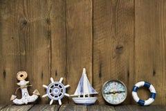 Żeglowanie wakacje: Kartka z pozdrowieniami z nautycznymi rzeczami na drewnianej desce. Zdjęcia Royalty Free
