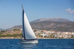 Żeglujący, bieżni jachty na wysokich morzach luz Obrazy Stock