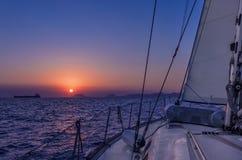 Żeglujący w półmroku w morzu egejskim, Grecja, z pięknym zmierzchem barwi Fotografia Royalty Free