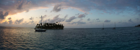 Żeglujący z pięknym zmierzchem blisko raj wyspy, San Blas Fotografia Stock