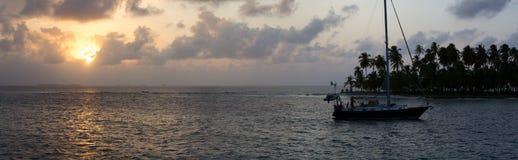 Żeglujący z pięknym zmierzchem blisko raj wyspy, San Blas Obrazy Royalty Free