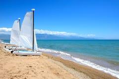 Żegluje jachty na plaży na Ionian morzu przy luksusowym hotelem Zdjęcie Stock