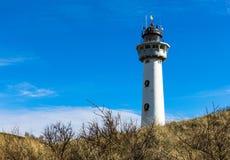 egmond aan zee白色灯塔,站立在沙丘小山 免版税库存图片