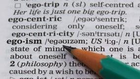 Egoïsmewoord in Engels woordenboek, persoonskwaliteiten, zelfvertrouwen, narcisme stock video