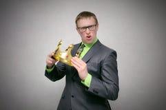 Egoïst Arrogante mens met gouden kroon royalty-vrije stock foto's