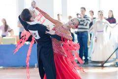 Egorov Vladislav en Chaplinskaya Tatiana Perform jeugd-2 Standaardprogramma Royalty-vrije Stock Foto's
