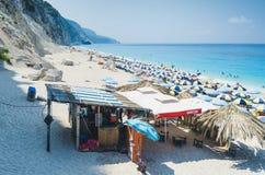 Egremni-Strandtouristen Stockfoto