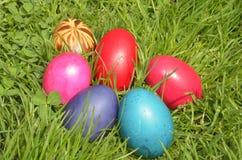 Egs coloridos na grama Imagens de Stock