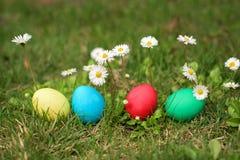 Egs de Pascua en fila Fotos de archivo