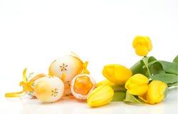 Egs met tulpen Stock Afbeeldingen
