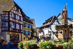 Eguisheim, czerwiec 23, 2016: Turyści wieszają wokoło kwadrata Eguisheim, Francja Obrazy Royalty Free