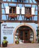 Eguisheim, Frankrijk - juni 19 2015: schilderachtig dorp in de zomer Stock Foto's