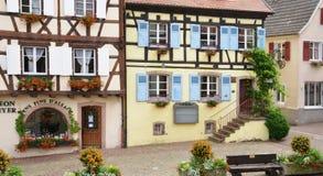 Eguisheim, Frankrijk - juni 19 2015: schilderachtig dorp in de zomer Stock Fotografie